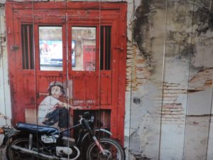 店内のペナン島をイメージした壁画が特徴的
